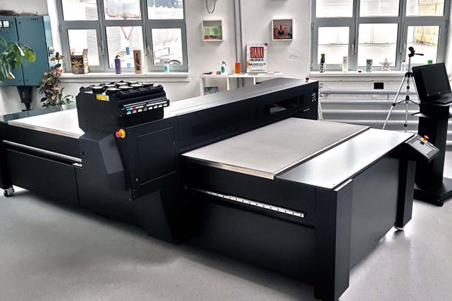 Azonprinter Matrix R flatbed printer.